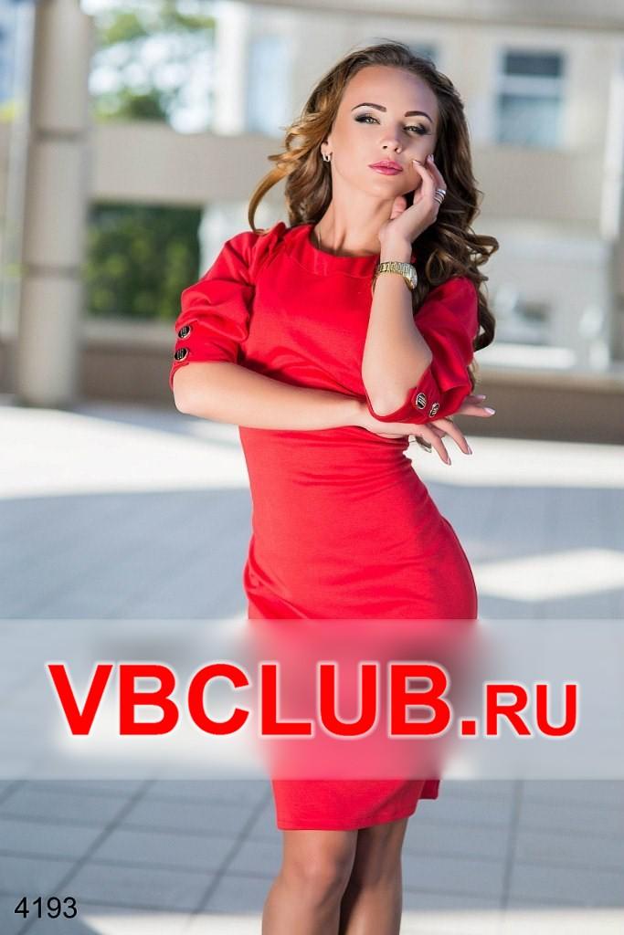 Красное платье с пуговицами сзади